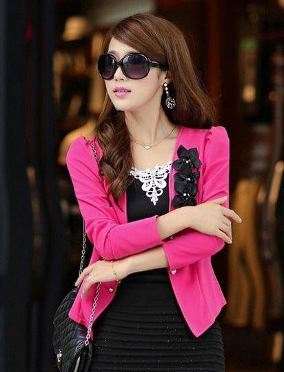 เสื้อสูทผู้หญิง แขนยาว แบบพอดีเอว เสื้อสูท เสื้อคลุม สีชมพูเข้ม ชมพู กุหลาบ แต่งดอกไม้ สีดำ บริเวณ ปกเสื้อ ไหล่พอง เล็กน้อย เสื้อใส่ทำงาน 785152_4