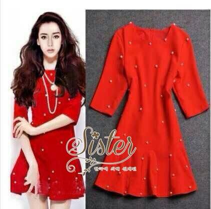 เสื้อผ้าเกาหลี พร้อมส่ง เดรสสั้นสีแดงสด แต่งประดับมุกรอบตัว ชายกระโปรงระบายบาน