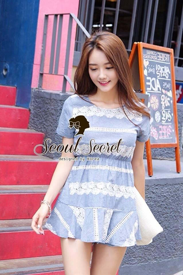 ( พร้อมส่งเสื้อผ้าเกาหลี) เดรสผ้าคอตตอนผสมเนื้อยีน สวยหวานด้วยดีเทลงานเย็บประดับด้วยผ้าลูกไม้เป็นชั้นๆ โทนสีสวยหวานด้วยโทนสีฟ้าขาว น่ารักๆ ด้วยทรงเดรสคอกลมชายกระโปรงต่อชายเย็บระบายนิดๆ ทรงสวยน่ารักมากคะ