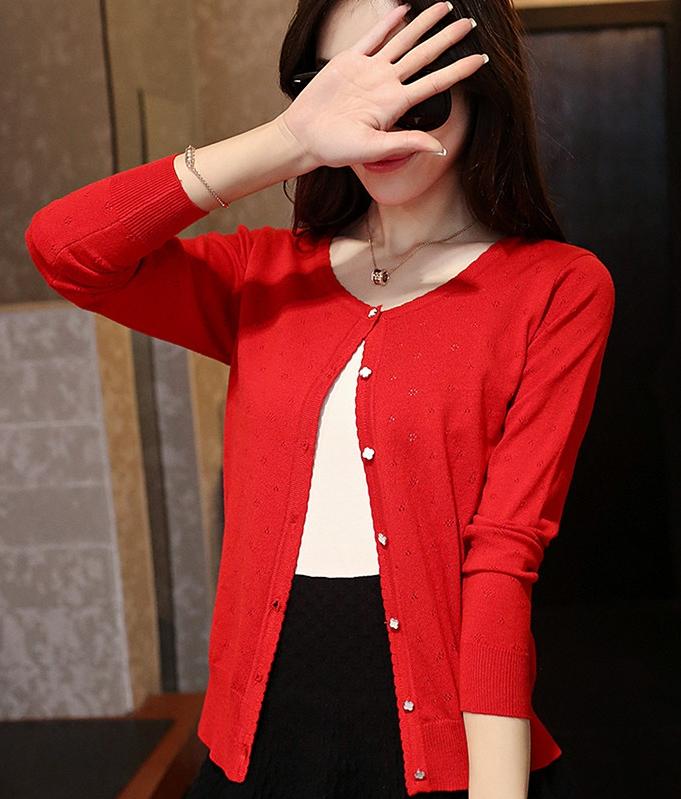เสื้อคลุมไหมพรม พร้อมส่ง สีแดง แต่งลายฉลุ น่ารัก แขนยาว แต่งกระดุมลายดอกไม้เก๋ ใส่กับชุดทำงานหรือชุดเที่ยวก็เก๋ๆค่ะ
