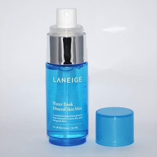 LANEIGE Water Bank Mineral Skin Mist 30ml. สเปรย์น้ำแร่ชั้นเลิศจากธรรมชาติ ช่วยปลอบประโลมผิวที่อ่อนล้าให้สดชื่นสดใส ช่วยคืนความชุ่มชื่นและเก็บกักน้ำในผิวได้ยาวนาน เพื่อผิวเปล่งปลั่งกระจ่างใสสมบูรณ์แบบ เครื่องสำอางเกาหลี ลาเนจ ลาเนจ สเปรย์น้ำแร่ Water Bank