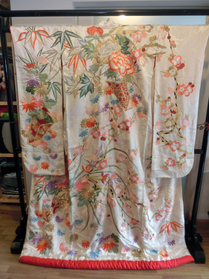 uchikake kimono กิโมโนอูชิคาเคะ สีขาวครีม งานปักดิ้นทอง