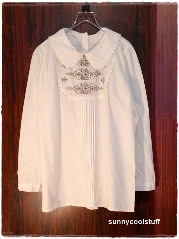 เสื้อคอบัวสไตล์ญี่ปุ่น ปักลายสีน้ำตาลที่อกเสื้อ