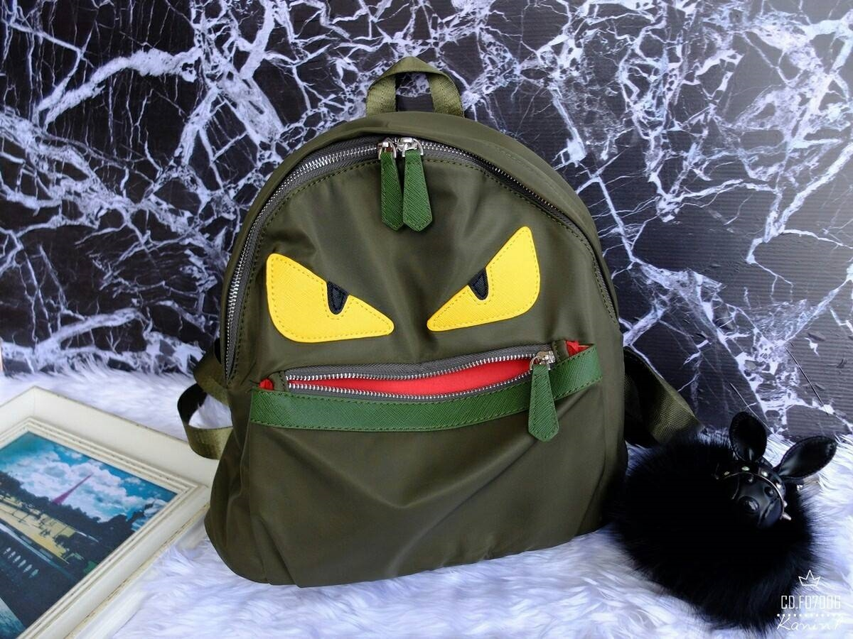 กระเป๋าเป้แฟชั่น Premium backpack สไตล์ Fandi วัสดุไนล่อนเนื้อหนา กันน้ำได้ด้วย ทนทาน ขนาดกำลังดี ด้านหน้ามีซิป ไว้ใส่ของได้อีก ใช้ได้ทั้งหญิงและชาย แมทเสื้อผ้าได้หลายแนว ตัวซิปเป็นอะไหล่เงิน งานจริงสวยตามแบบ มี 7 สี ดำ เเดง น้ำเงิน เขียว กากี เทา น้ำตาล