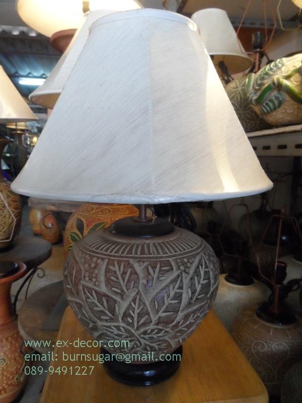 โคมไฟตั้งโต๊ะ ทำจากแจกันดินเผาด่านเกวียน แกะลายใบไม้ ทรงกระบอก สีโคลนน้ำตาล-แดง