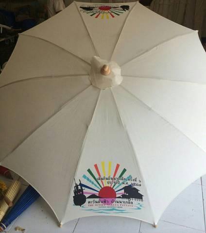 ภาพการทำร่มผ้าดิบ 40นิ้ว มีชาย ทำโลโก้ หรือ สกรีนโลโก้ ของทางร้านร่มงาม ร่มเชียงใหม่ ในภาพคือ ร่มที่หลังจากใส่ผ้าร่ม กำลังจะใส่ด้ามร่มไม้เนื้อแข็ง หรือ ร่มสนาม ร่มสระว่ายน้ำ
