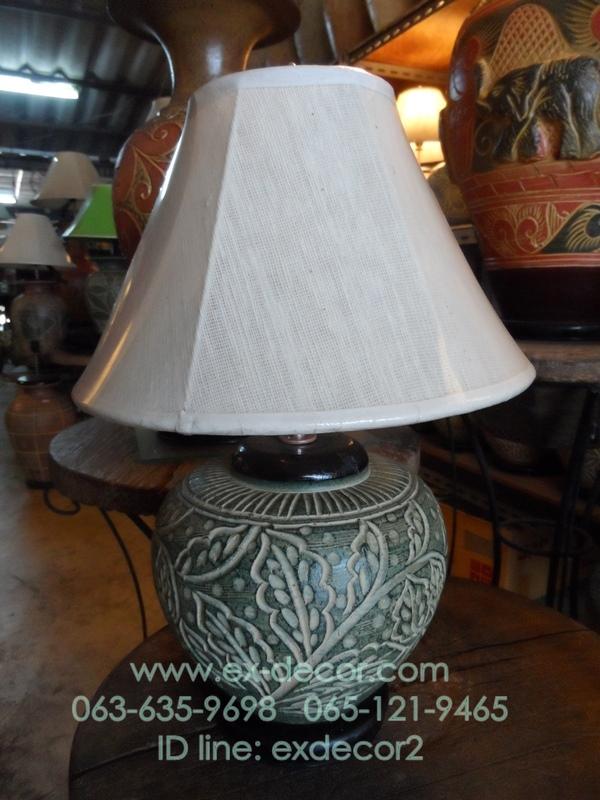 โคมไฟตั้งโต๊ะ ทำจากแจกันดินเผาด่านเกวียน แกะลายใบไม้ สีโคลนเขียว