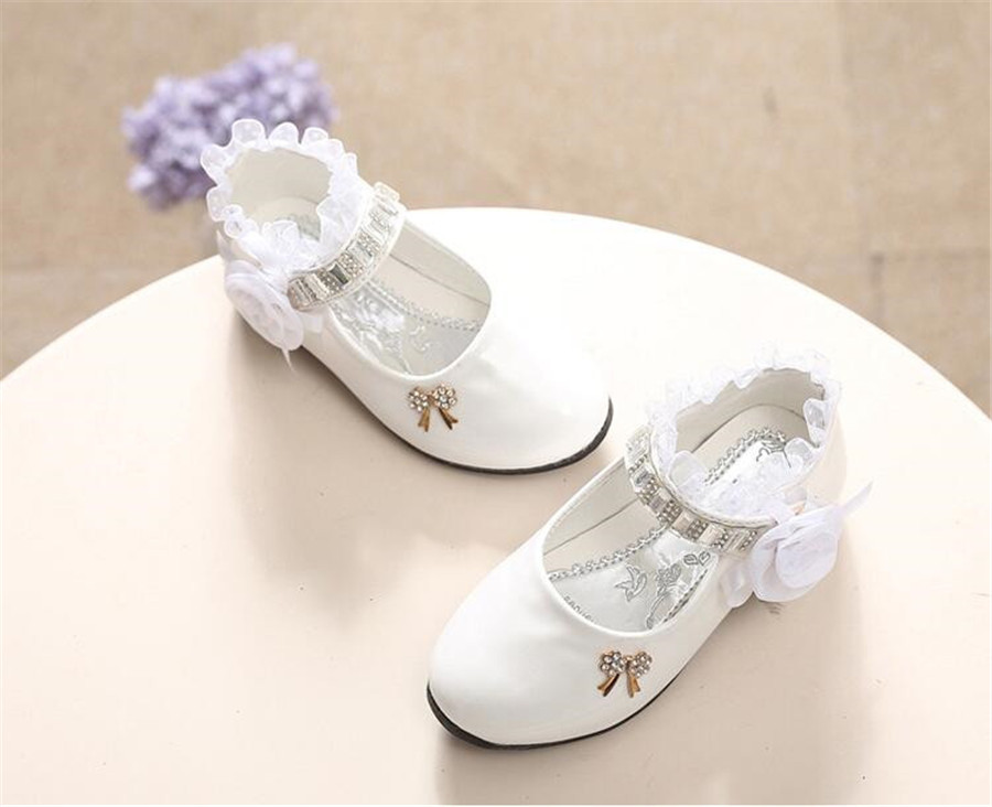 รองเท้าคัชชูหนังแก้ว ติดกุหลาบ สีขาว