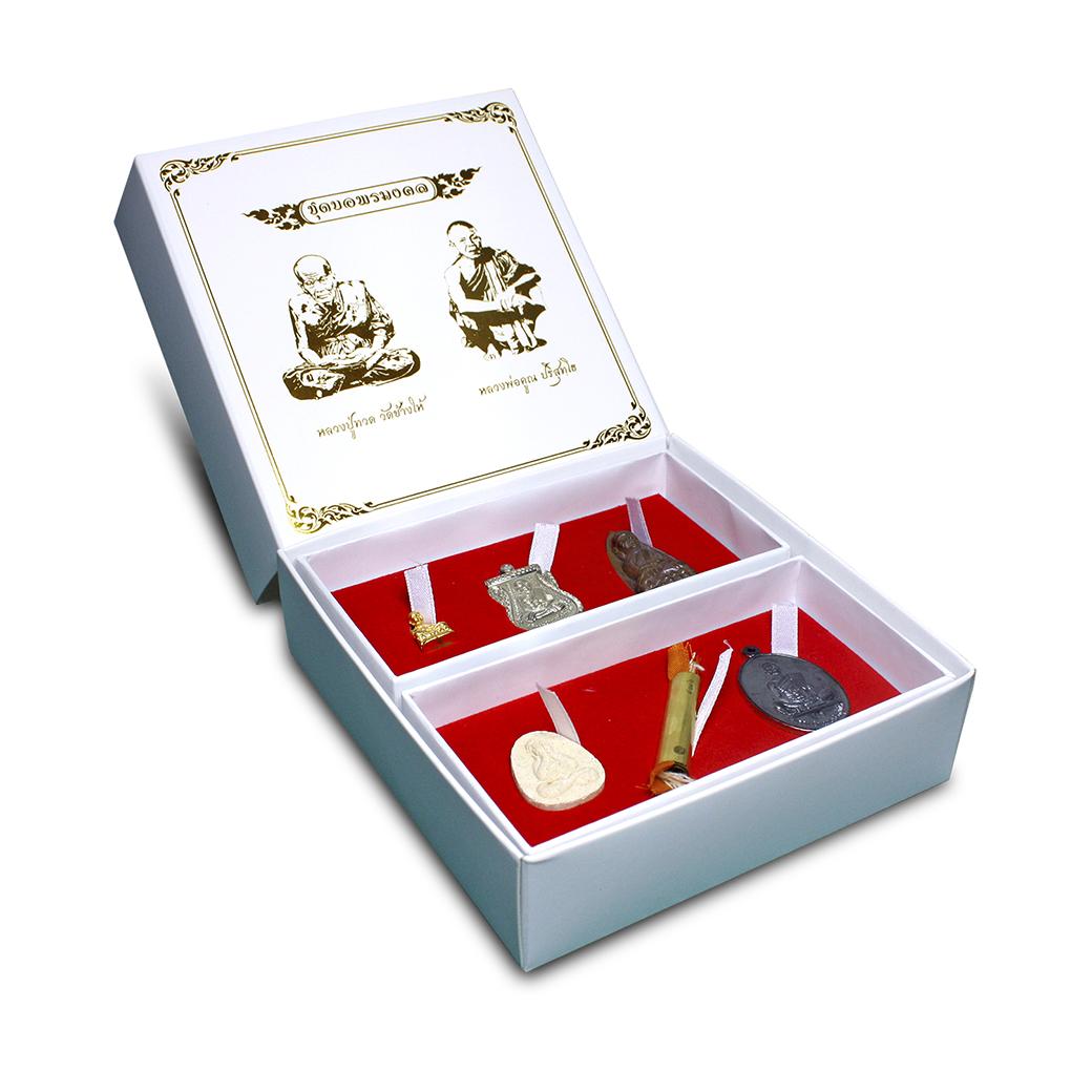 เปิดกรุ ชุดขอพรหลวงปู่ทวด และหลวงพ่อคูณ เปิดกรุ ชุดขอพรหลวงปู่ทวด และหลวงพ่อคูณ จัดสร้าง 4,999 ชุด 1.1.หลวงปู่ทวด บัวรอบ ชุบทอง (พิมพ์เล็ก) 1.2.เหรียญเลื่อนสมณศักดิ์ เนื้ออัลปาก้า 1.3.หลวงปู่ทวดเตารีด เนื้อสัมฤทธิ์โบราณ 1.4.พระปิดตาเนื้อผง (ปลดหนี้) 1.5.ต