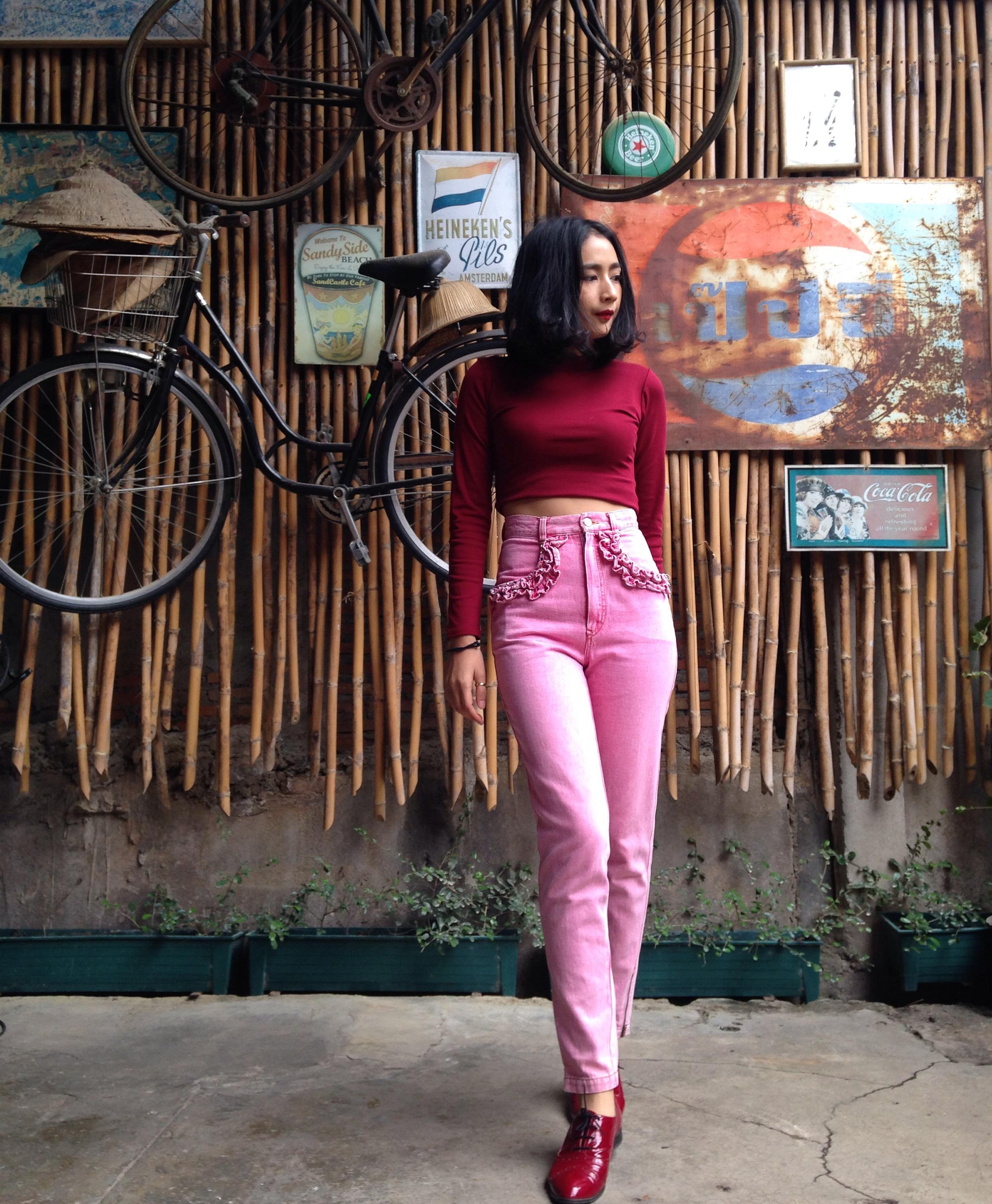 vintage pants : กางเกงยีนส์ขายาวเอวสูง สีชมพู กระเป๋าแต่งระบายหน้า/หลัง ปลายขาติดซิบ เนื้อผ้ายีนส์ไม่ยืด :