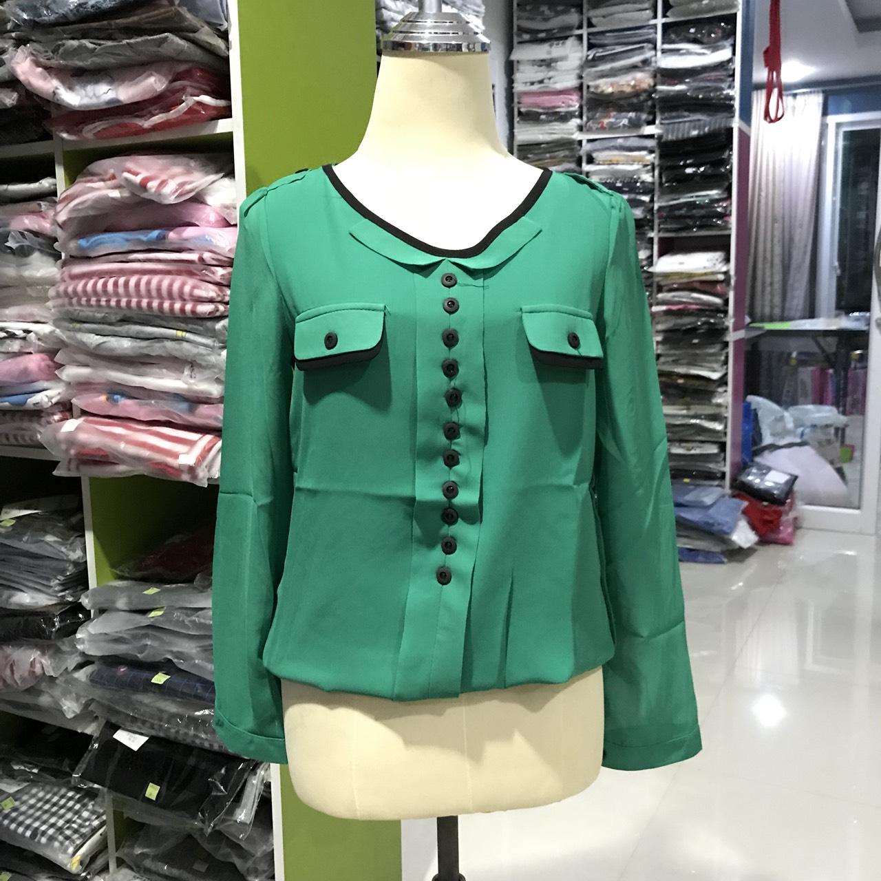 เสื้อแฟชั่น คอวี แขนยาว แต่งกระดุม สีเขียว