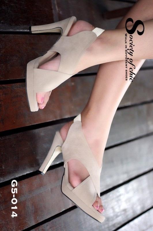 รองเท้าส้นสูงรัดส้นสีครีม กำมะหยี่นิ่ม ดีไซน์ด้านหน้าแบบสายไขว้ (สีครีม )