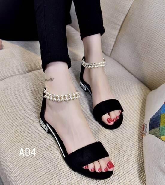 รองเท้าส้นเตี้ยรัดข้อสีดำ มีสายมุกรัดข้อปรับระดับ (สีดำ )