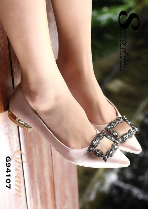 รองเท้าคัทชูหัวแหลมสีครีม ส้นเตี้ย สไตล์แบรนด์ Manolo (สีครีม )