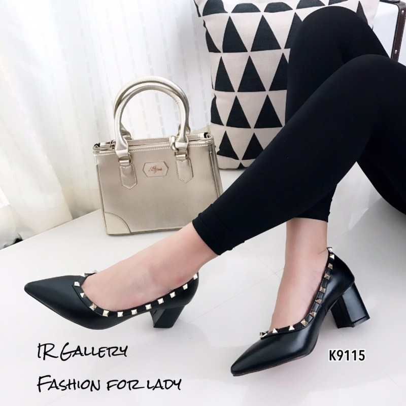 รองเท้าคัทชูหัวแหลมสีดำ หนังนิ่ม Style Valentino (สีดำ )