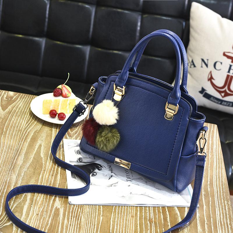 พร้อมส่ง ขายส่ง กระเป๋าผู้หญิงถือและสะพายข้างแฟชั่นสไตล์เกาหลี แต่งพู่สามสี รหัส KO-199 สีน้ำเงิน