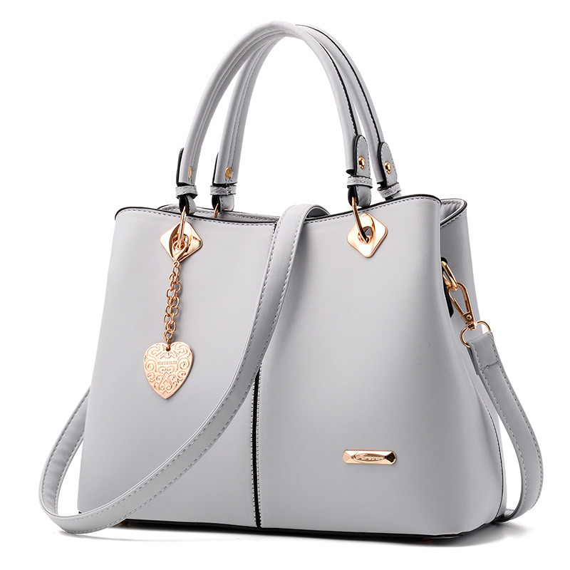 พร้อมส่ง ขายส่งกระเป๋าผู้หญิงถือและสะพายข้าง แต่งจี้ห้อยหัวใจแฟชั่นสไตล์ยุโรป รหัส Yi-5208 สีเทาอ่อน