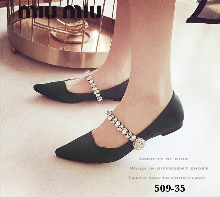 พร้อมส่ง รองเท้าคัทชูส้นแบนหัวแหลมสีดำ ผ้าซาติน สไตล์แบรนด์ MIU MIU แฟชั่นเกาหลี [สีดำ ]