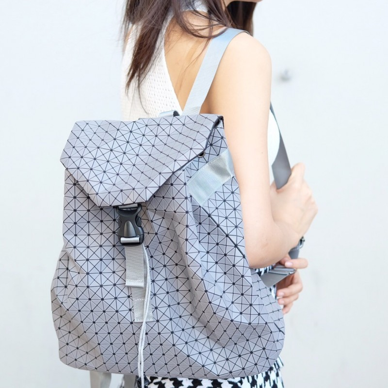 กระเป๋าเป้ผู้หญิง กระเป๋าสะพายหลังแฟชั่น บล็อกเล็ก ISSEY MIYAKE BAO BAO [สีเทา ]