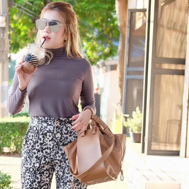 กระเป๋าสะพายแฟชั่น กระเป๋าสะพายข้างผู้หญิง ทรงซีลีน ถือก็ได้ สะพายก็ได้ [สีน้ำตาล ]