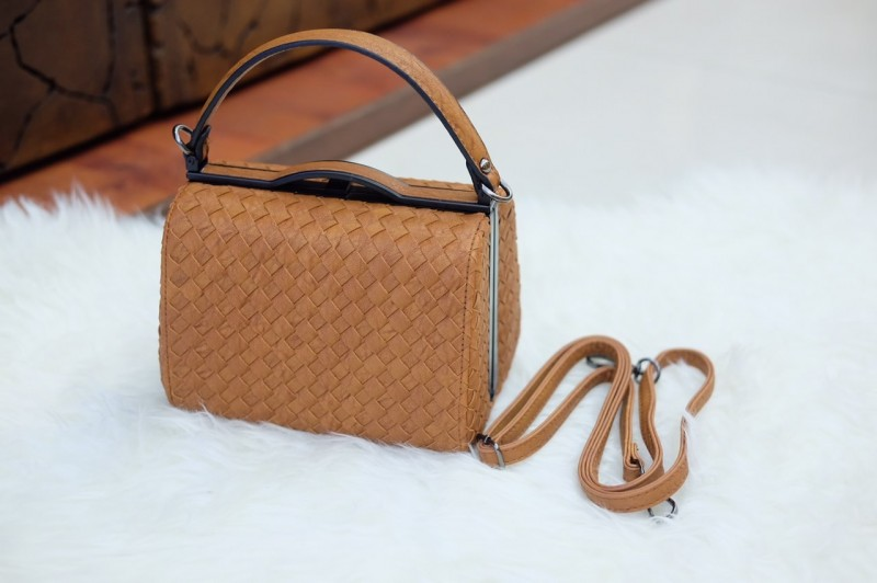 กระเป๋าสะพายแฟชั่น กระเป๋าสะพายข้างผู้หญิง หนังลายสาน ขนาดกระทัดรัด [สีน้ำตาล ]