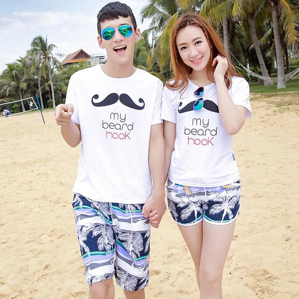 เสื้อคู่รัก ชุดคู่รักเที่ยวทะเลชาย +หญิง เสื้อยืดสีขาวลายหนวด กางเกงขาสั้นโทนสีกรมม่วง +พร้อมส่ง+