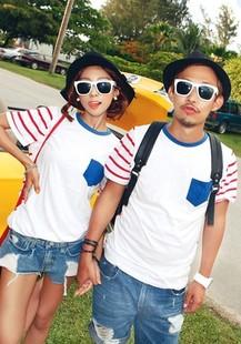 ชุดคู่รัก เสื้อคู่รักเกาหลี ผู้ชาย + หญิง เสื้อยืดคอกลมสีขาว แต่งลายชมพูขาวที่แขน มีกระเป๋าที่หน้าอก +พร้อมส่ง+