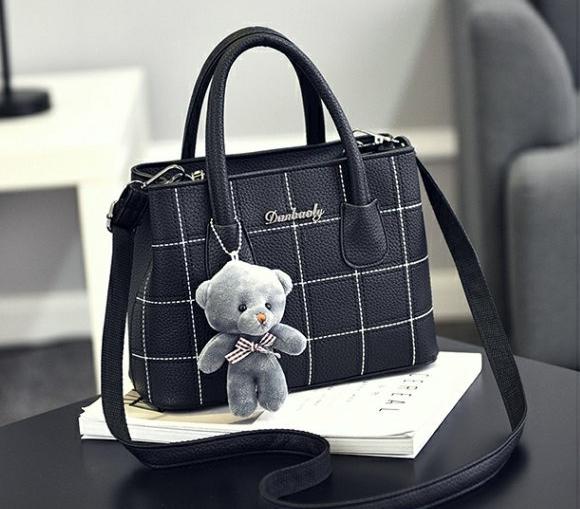 กระเป๋าสะพายข้างผู้หญิง Girl the grid black แถมหมี!!