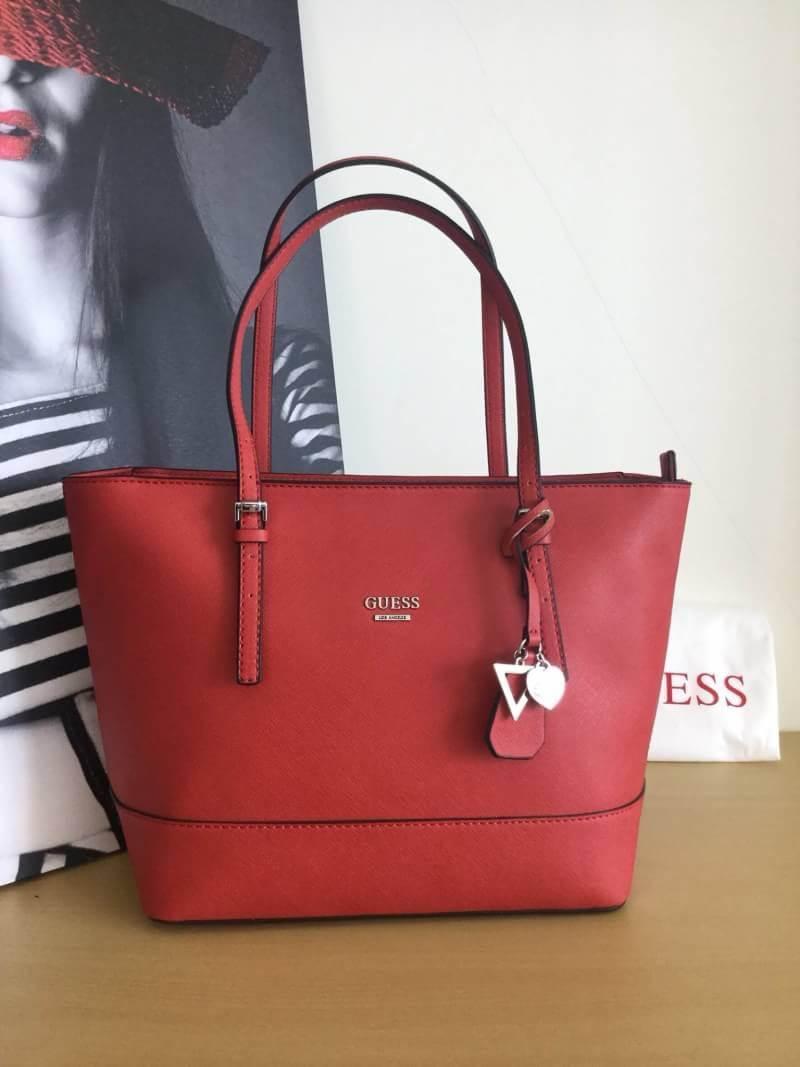 GUESS BAG กระเป๋าถือได้ สะพายไหล่ก็สวย วัสดุ Saffiano