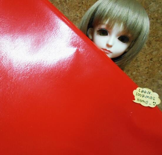 หนังเทียมสีแดงสดผิวหน้าลื่น แบ่งขาย 1 หน่วย = ขนาด1/4 หลา : 45X 65 cm