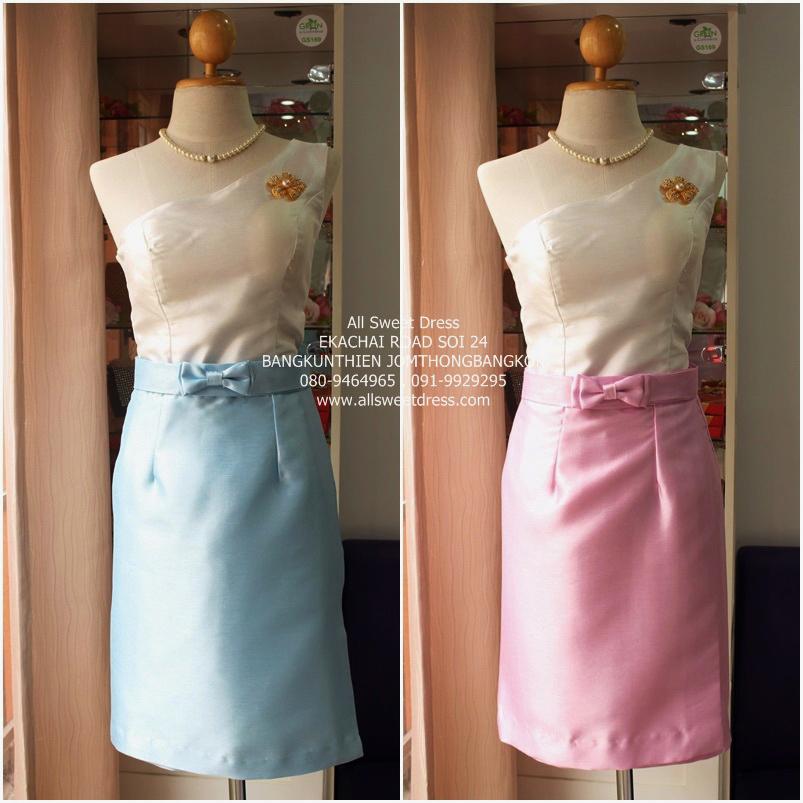 ชุดไทยประยุกต์ เสื้อผ้าไหมไหล่เดี่ยวสีขาว สวยเรียบหรู ใส่กับผ้าถุงสั้นไหมอิตาลีสวยหรูในโทนสีชมพูและสีฟ้า รหัส AST01S ของร้านเช่าชุดราตรี allsweetdress ที่สั่งตัดโดยเฉพาะใช้เป็นเพื่อนเจ้าสาวงานพิธีเช้าแบบไทยๆ พร้อมเครื่องประดับให้ยืมฟรีในราคาย่อมเยา