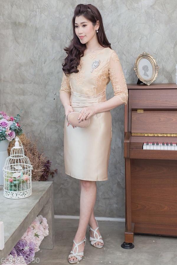 (Size L,XL,2XL,3XL) ชุดไปงานแต่งงาน ชุดไปงานแต่งสีทอง ผ้าไหมบนลูกไม้แขนสามส่วน ด้านบนทางร้านใช้ผ้าลูกไม้ฝรั่งเศสอย่างดีเกรดพรีเมี่ยม ส่วนด้านล่างทางร้านใช้ผ้าไหมอย่างดีนำมาตัดเป็นทรงสอบ ช่วงเอวมีดีเทลที่เอวแต่งจีบตีเกร็ด