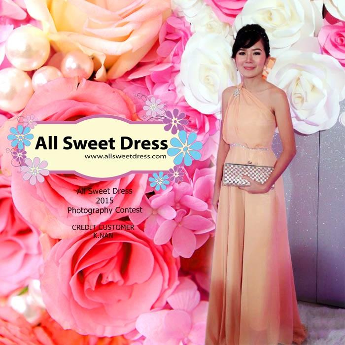 ภาพรีวิวของคุณแนนจากบริษัทกระทิงแดง ถนนเอกชัย บางบอนที่มาใช้บริการเช่าชุดราตรียาวสีน้ำตาลทองโดยสายคล้องคอสามารถปรับเบี่ยงเป็นไหล่ข้างเดียวได้แบบเก๋ๆ ที่ร้าน All Sweet Dress ย่านฝั่งธนค่ะ