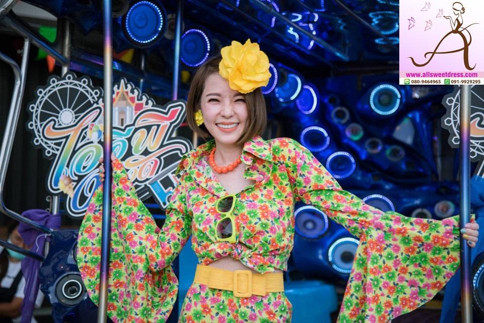รีวิวชุดย้อนยุคลายดอกเสื้อกางเกงขาบานสีเขียวสลับชมพู พร๊อพดอกไม้เหลืองกับภาพถ่ายสุดชิค คนสวย ชุดสวย องค์ประกอบสวยมากค่ะ ของร้านเช่าชุดแฟนซี allsweetdress ฝั่งธน