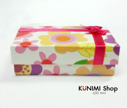 กล่องใส่ของขวัญ ลายดอกไม้ พร้อมโบว์สีชมพู สำหรับใส่เครื่องประดับ         ด้านในกล่อง จะบรรจุด้วย ฟองน้ำหนานุ่ม พร้อมช่องเสียบใส่ต่างหู         และสร้อยคอ  กล่องสามารถเปิดปิดได้ สะดวกในการใช้งานคะ            ขนาด 8.2 x 5 cm.