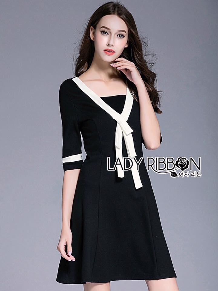 Lady Ribbon's Made Lady Vanessa Feminine Basic White Ribbon Black Dress เดรสดำตกแต่งแถบและริบบิ้นสีขาวสไตล์เฟมินีน ลุคนี้เป็นแบบสุภาพหวานๆ เหมาะกับใส่ไปทำงาน ผ้าพื้นเป็นสีดำ เพิ่มดีเทลด้วยการตกแต่งแถบสีขาวที่ชายแขนเสื้อ และที่คอเสื้อตกแต่งโบผูก ***งา