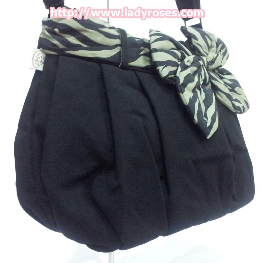 กระเป๋าสะพาย นารายา ผ้าคอตตอน นาโน พื้นสีดำ ผูกโบว์ ลายม้าลาย สีดำ-น้ำตาล ด้านข้าง (กระเป๋านารายา กระเป๋าผ้า NaRaYa กระเป๋าแฟชั่น)