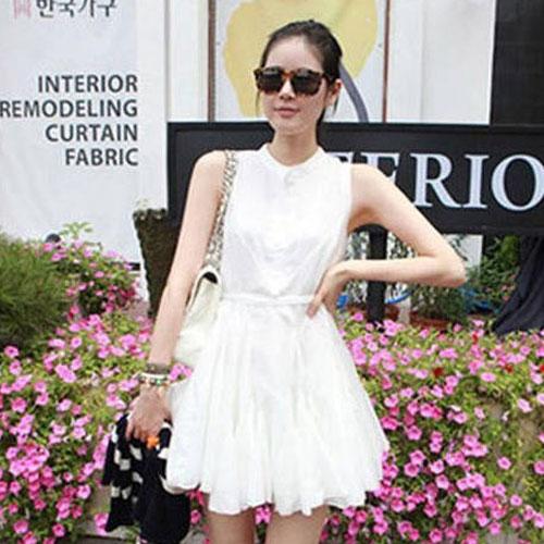 Cherry KoKo ++สินค้าพร้อมส่งค่ะ++ ชุดเดรสเกาหลี แขนกุด สไตล์คอปีนติดกระดุมที่คอเสื้อ กระดุมหน้า เดรสย้วยทรงวงกลม มีสายผูกเอว น่ารัก - สีขาว (Size: M)
