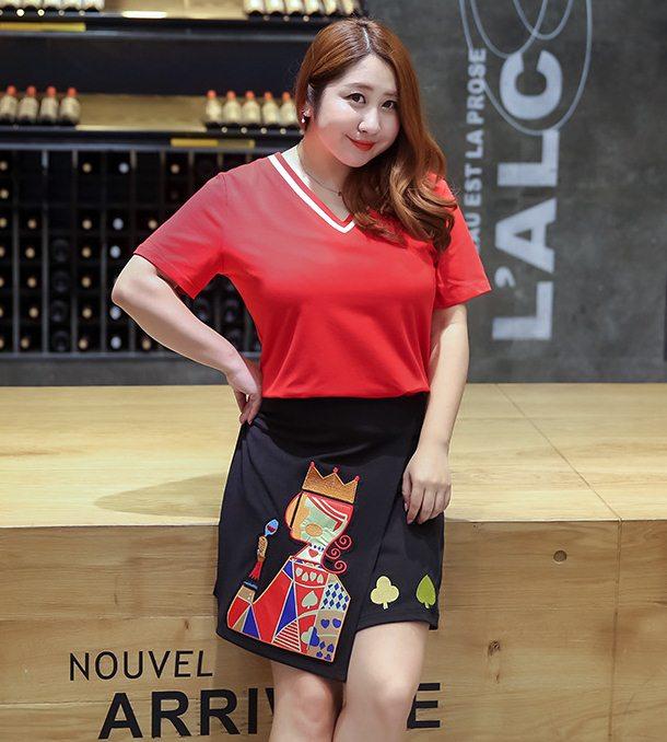 PreOrderเสื้อผ้าคนอ้วน - เซตคู่ 2 ชิ้น เสื้อยืดคอวี สีแดง+ กางเกงกระโปรงผ้าพิมพ์ลายสวยมีซับ สีดำ