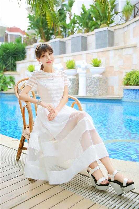 ชุดเดรสยาว ตัวเสื้อผ้า organza ลายขวางสีขาว สลับโปร่งใส กระโปรงผ้า organza โปร่งใส เย็บสลับผ้าซาตินช่วงปลาย