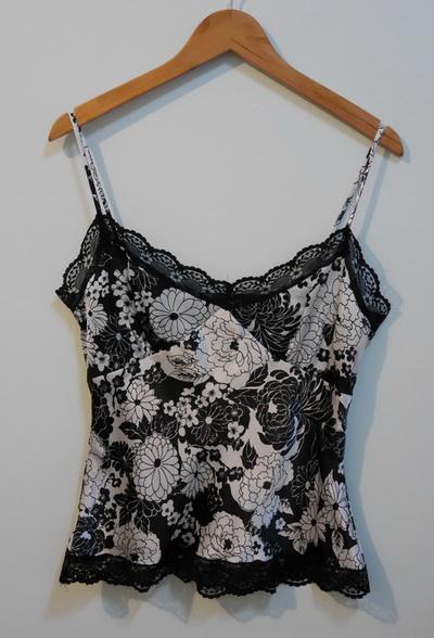 jp3563 เสื้อนอนผ้าซาติน ลายดอกไม้ โทนสีดำ สายบ่าปรับได้ รอบอก 36 นิ้ว