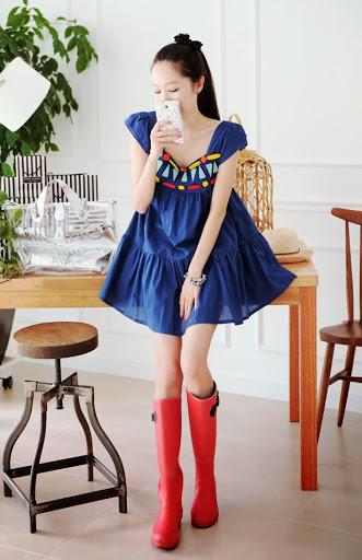 Cherry KOKO เดรสผ้าฝ้ายเนื้ัอดี สีน้ำเงิน ตกแต่งไม้รูปเรขาคณิตด้านหน้า